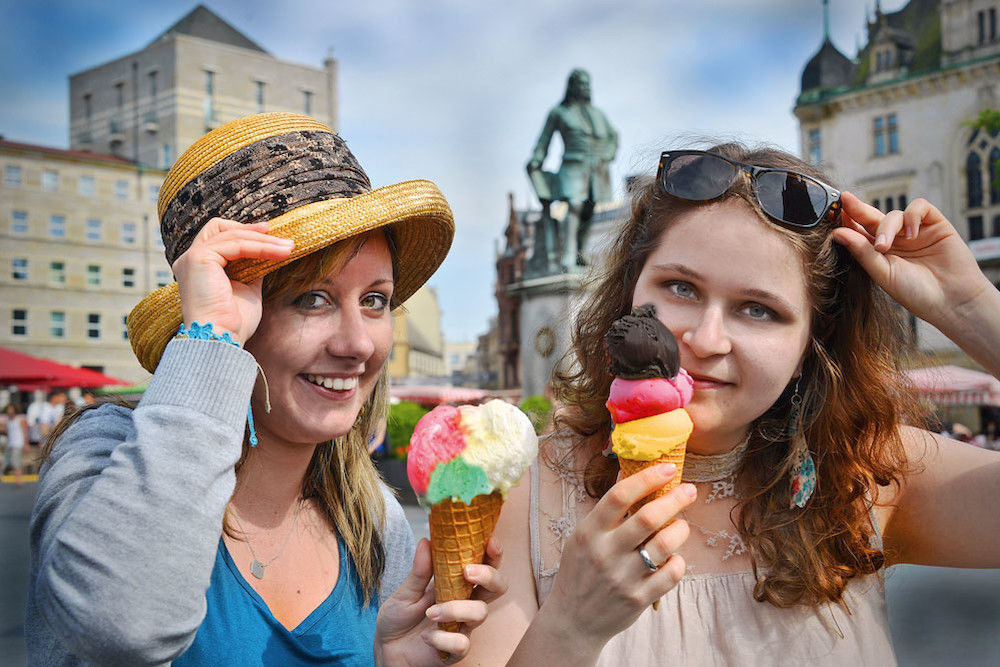 Diana Righi and Luise Vorwerk treat themselves with Italian ice cream on the marketplace in Halle