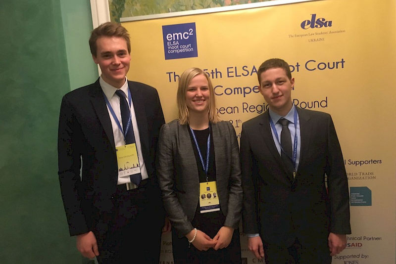 "Von links: Felix Klindworth, Marion Kerber und Paul Schiering qualifizierten sich in Kiew für die Weltmeisterschaften der ""ELSA Moot Court Competition on WTO Law"" in Genf."