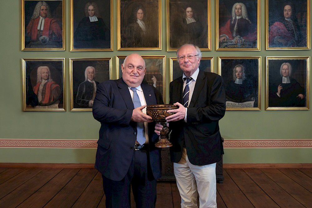 Rector Aram Simonyan (left) presents Rector Udo Sträter with a traditional Armenian wooden vase during his visit in June.