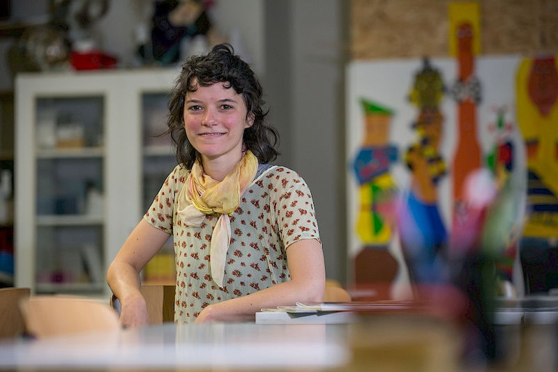 Nora Haser – pictured here in the art room of IGS Halle – is completing her university-led training to become a gymnasium-level higher secondary school teacher at the University of Halle.