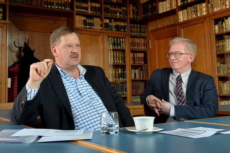 From historical manuscripts to digital databases: Stephan Feller (left) and Stefan Artmann sit down for a chat in the ULB's Hungarian Library.