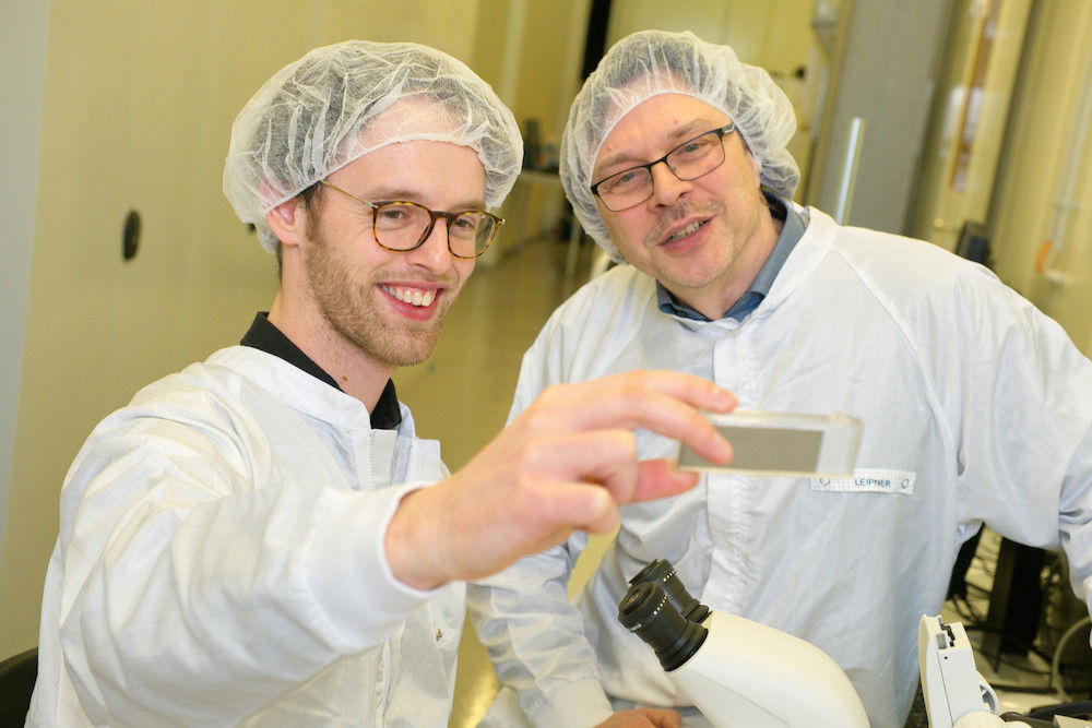 Hartmut Leipner (right) and enspring employee Robert Schlegel examine a new sample coating.