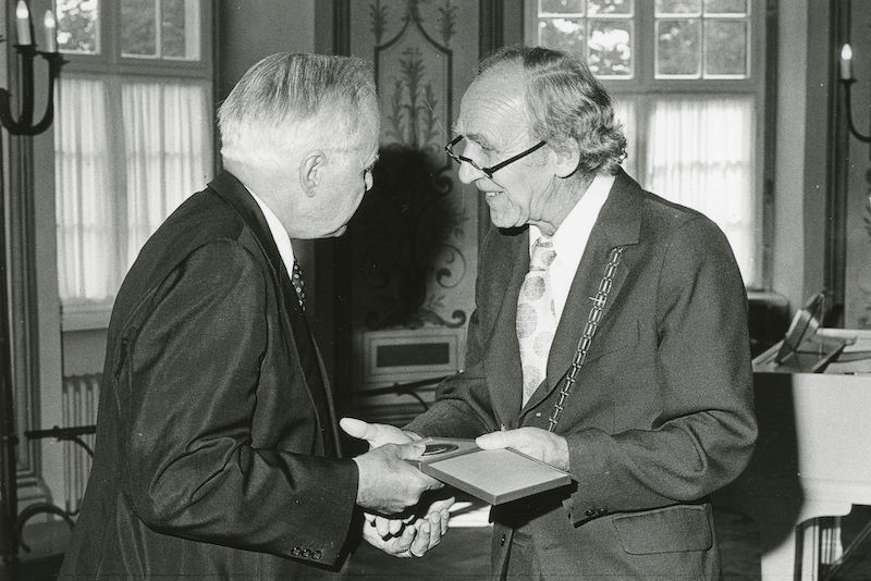 In 1982 Heinz Bethge awarded the Leopoldina's Medal of Merit to Carl Friedrich von Weizsäcker.