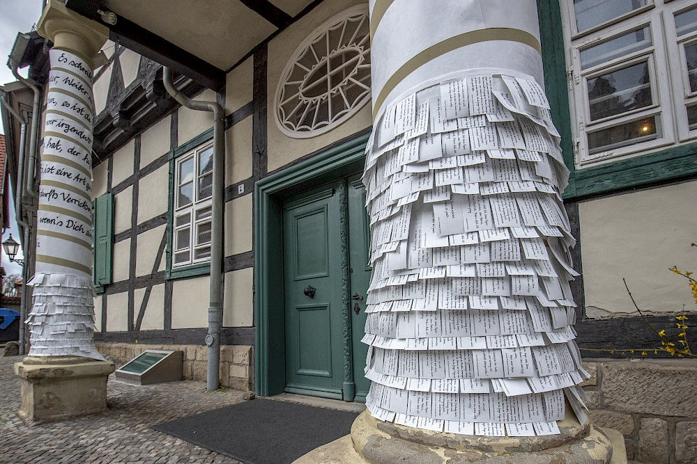 Small stubs of paper with quotations await visitors at the entrance to the Klopstockhaus.