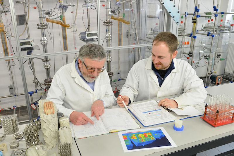 Thomas Hahn (left) and Felix Marske in the laboratory. They are working on a new latent heat storage that is currently available in a cylindrical form.